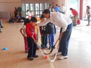 Dario Rigo e i piccoli alle prese col bastone